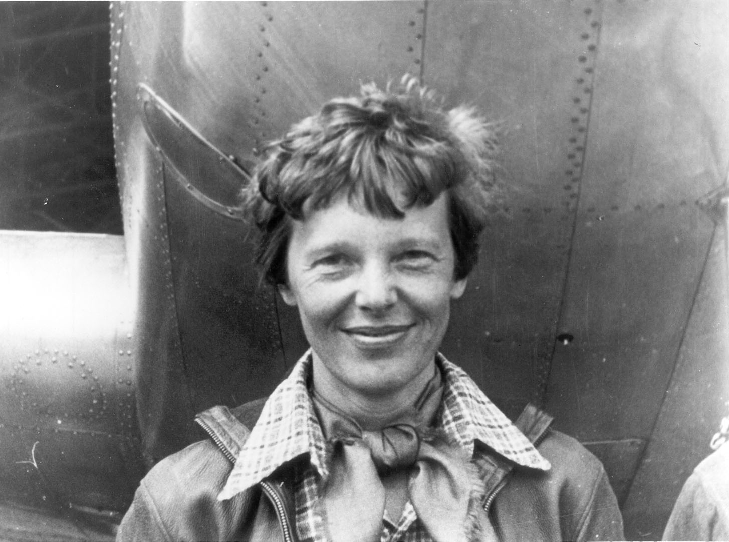 Amelia Earhart_standing_under_nose_of_her_Lockheed_Model_10-E_Electra_small1_copy