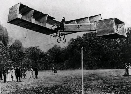 Alberto Santos-Dumont._The_famous_flight_where_a_machine_heavier_than_air_for_the_first_time_rose_from_the_ground._Paris_1906._Photo_Credit__Polfoto_-_Topfoto